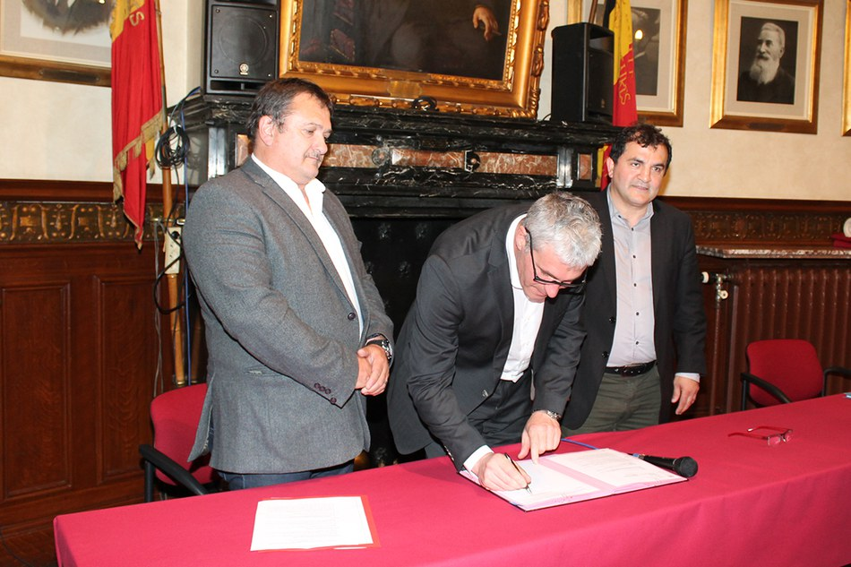 Paul Furlan, Ministre des Pouvoirs locaux, de la Ville, du Logement, de l'Energie et des Infrastructures sportives, signe la promesse de subside