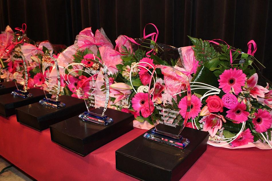 Les cadeaux : des trophées et des fleurs